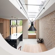 Yellow Cloud Studio punctuates Glyn House extension with arched window