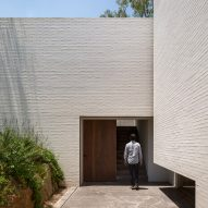 White brickwork encloses gardens of Mexican house by Manuel Cervantes Estudio