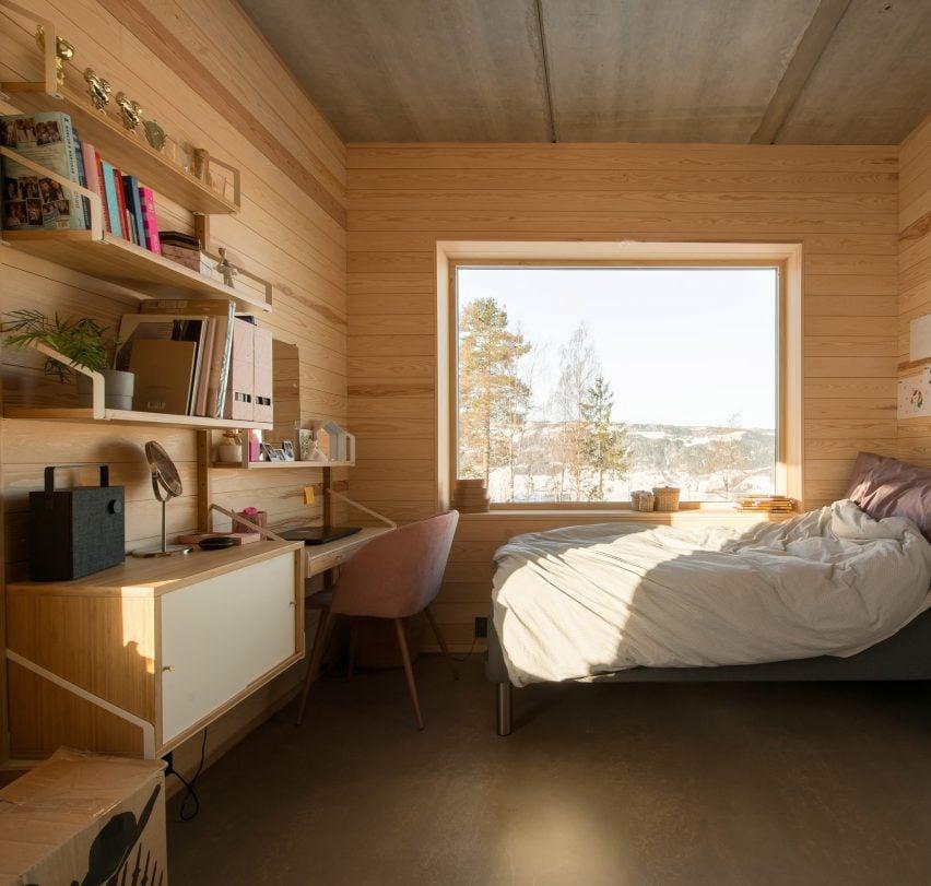 Red concrete house by Sanden+Hodnekvam