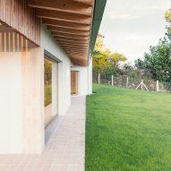Santiagomendi House by Pauzarq Architects