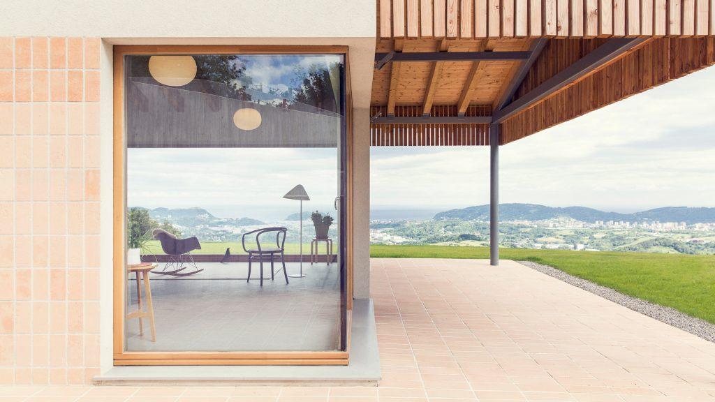 Pauzarq Arquitectos makes the most of views from hillside Santiagomendi House