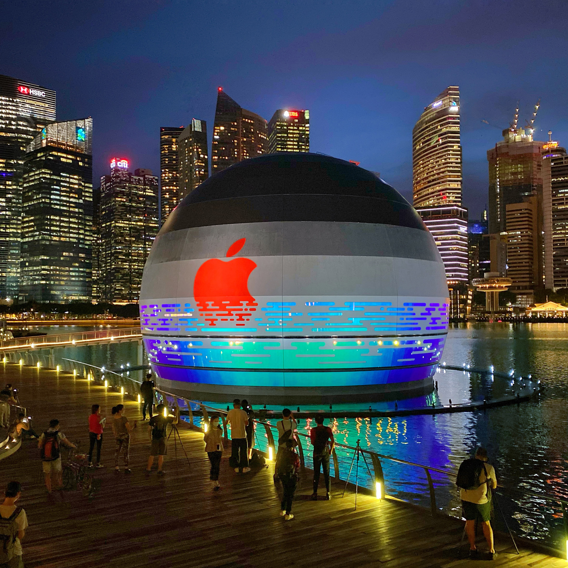 "Spherical architecture: Apple Marina Bay Sands is a ""floating"" spherical Apple Store bt Foster + Partners"