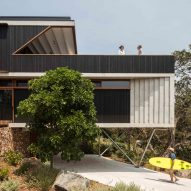 Timber-lined walkway allows sea breeze into Australian beach house by David Boyle