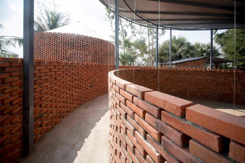 Orient Occident Atelier constrói salão comunitário no Camboja que coleta água potável