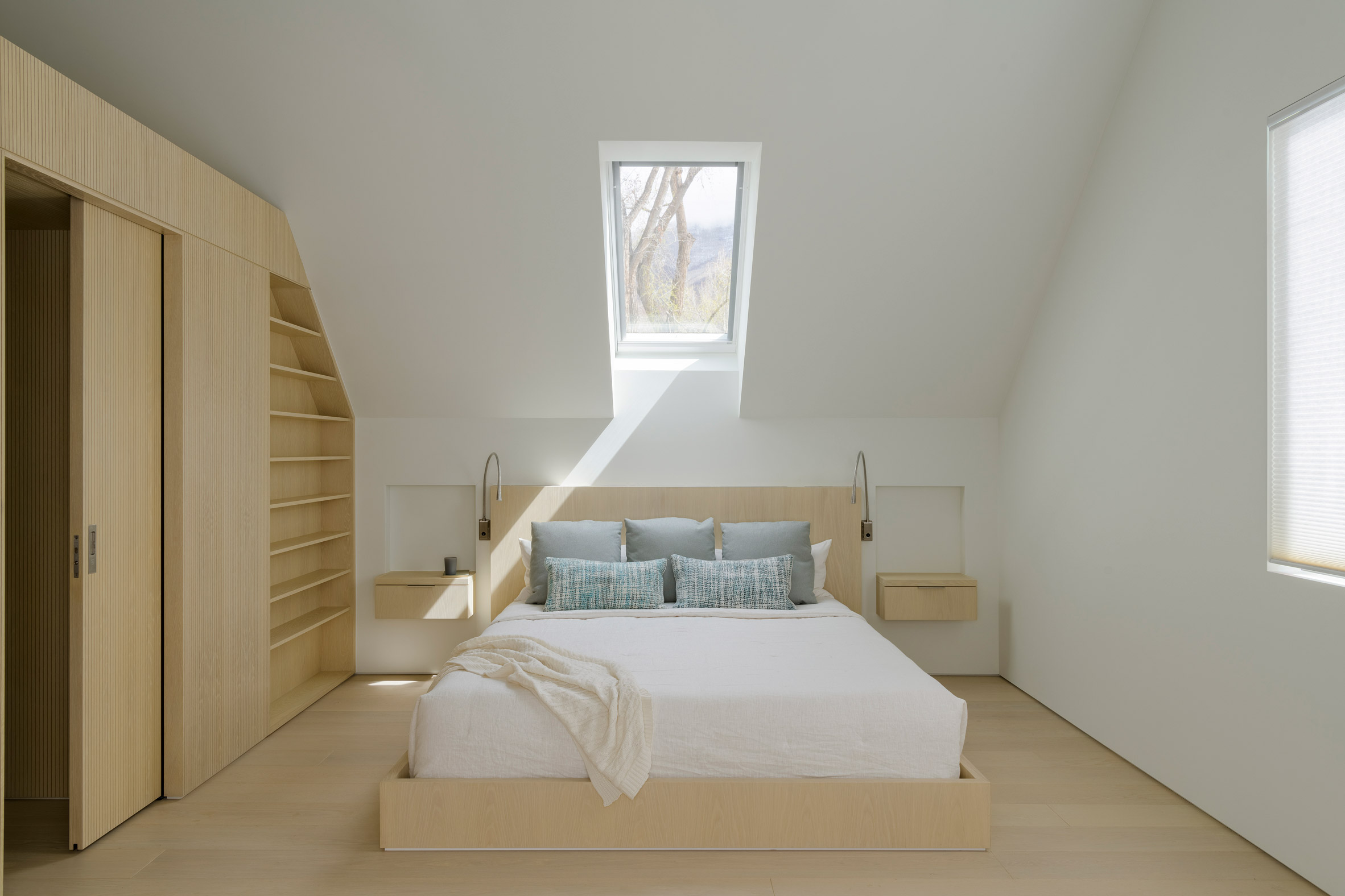 Bedroom o Exterior and perforated metal facade Music Box by CCY Architects