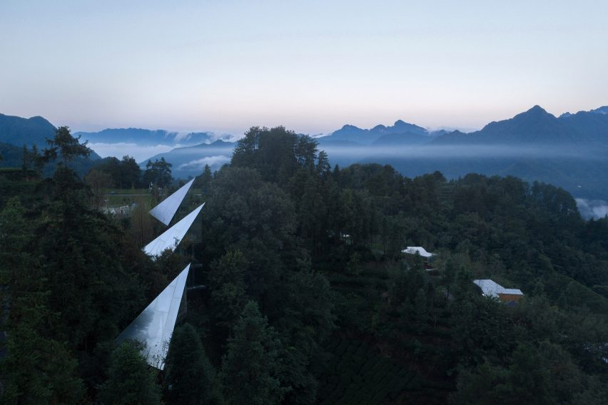 "Mirrored ""spaceships"" of Mountain and Cloud Cabins by Wiki World and Advanced Architecture Lab"