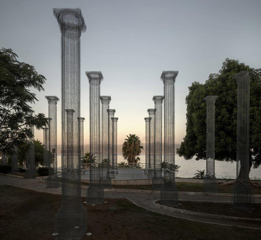 Opera instalação de colunas de tela de arame em Reggio Calabria por Edoardo Tresoldi