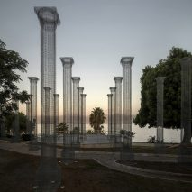 Opera installation of wire mesh columnsin Reggio Calabria by Edoardo Tresoldi