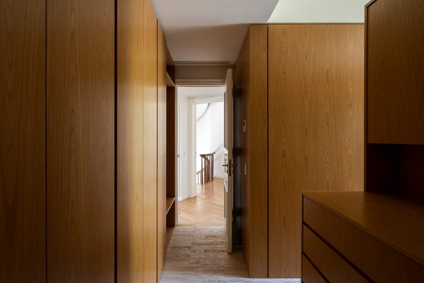 Dressing room in House in Barrio Parque by Torrado Arquitectos