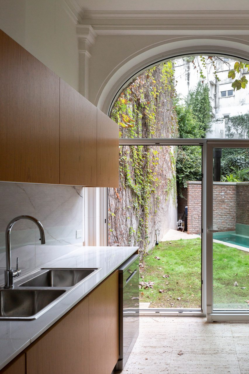 Garden view from kitchen in House in Barrio Parque by Torrado Arquitectos