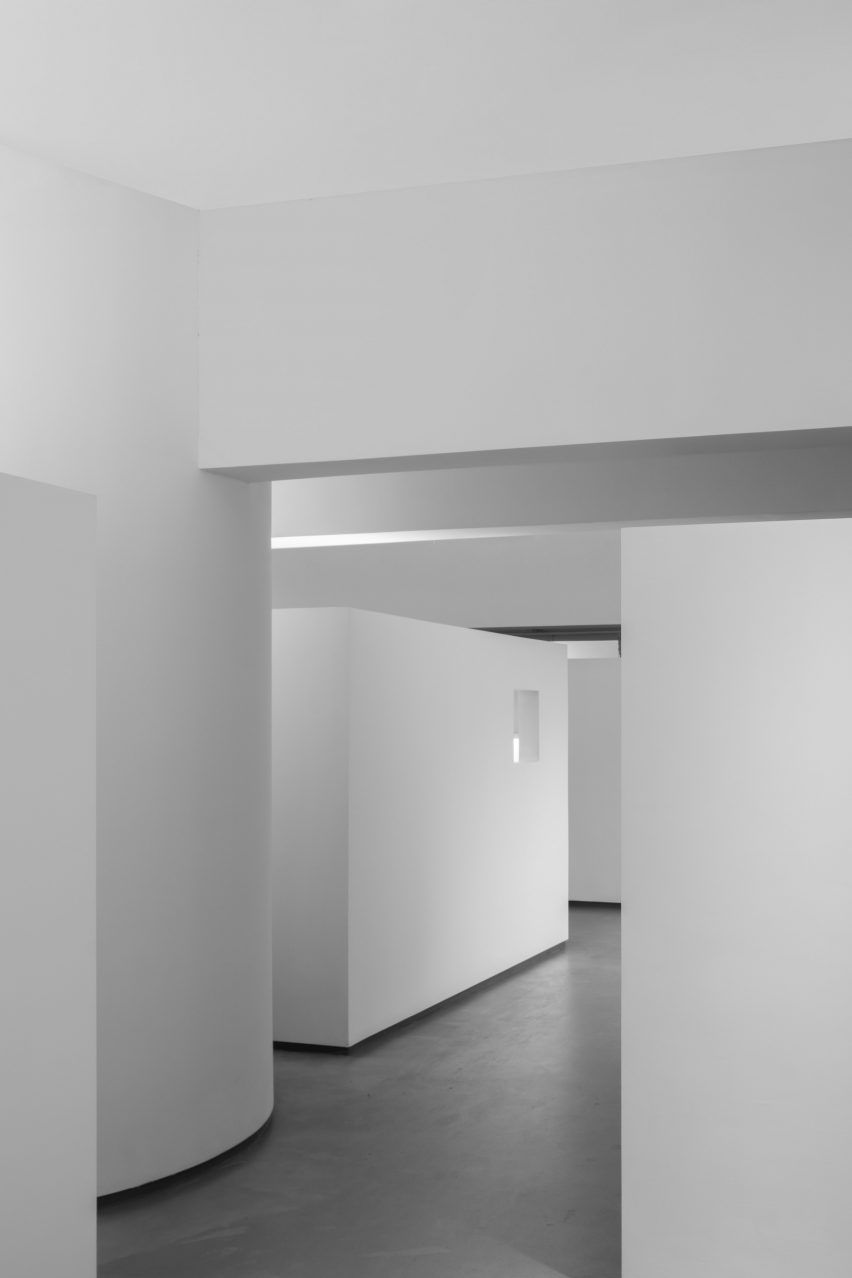 White box workspaces in KCC Office by KCC Design