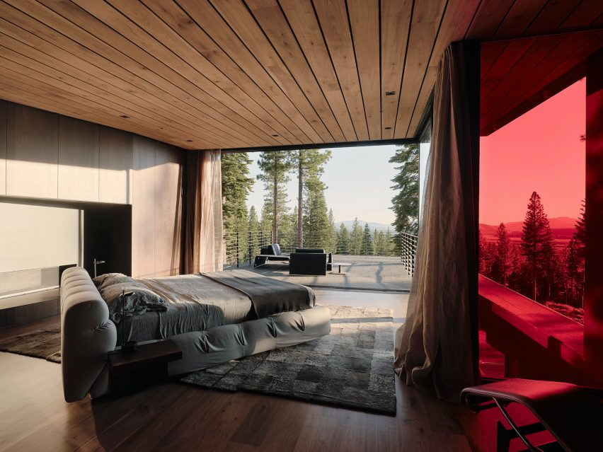 Top-level bedroom suite in Lookout House by Faulkner Architects