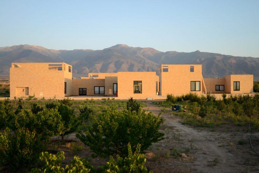 Escola primária Noor E Mobin G2 pelo estúdio FEA feito de tijolo no Irã