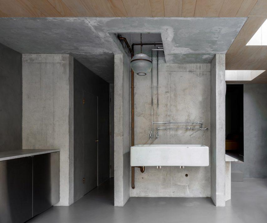 Extensão da pia de cozinha da Atéed House por Szczepaniak Astridge em Londres