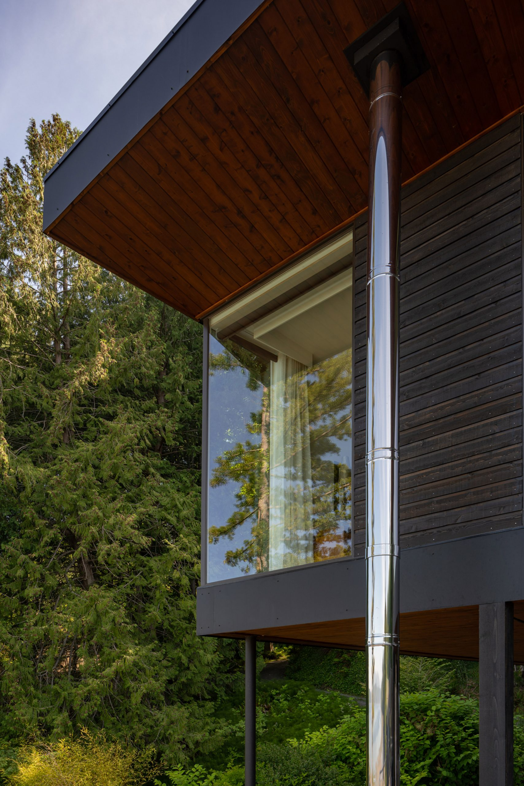 Steel columns lift Aldo Beach House extensions