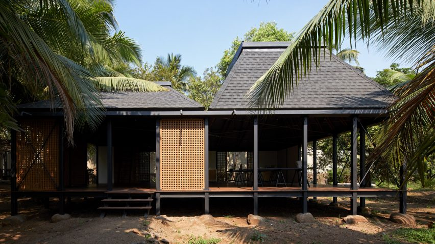 Steel and timber frame of Mumbai Artist Retreat by Architecture Brio in Alibag, India