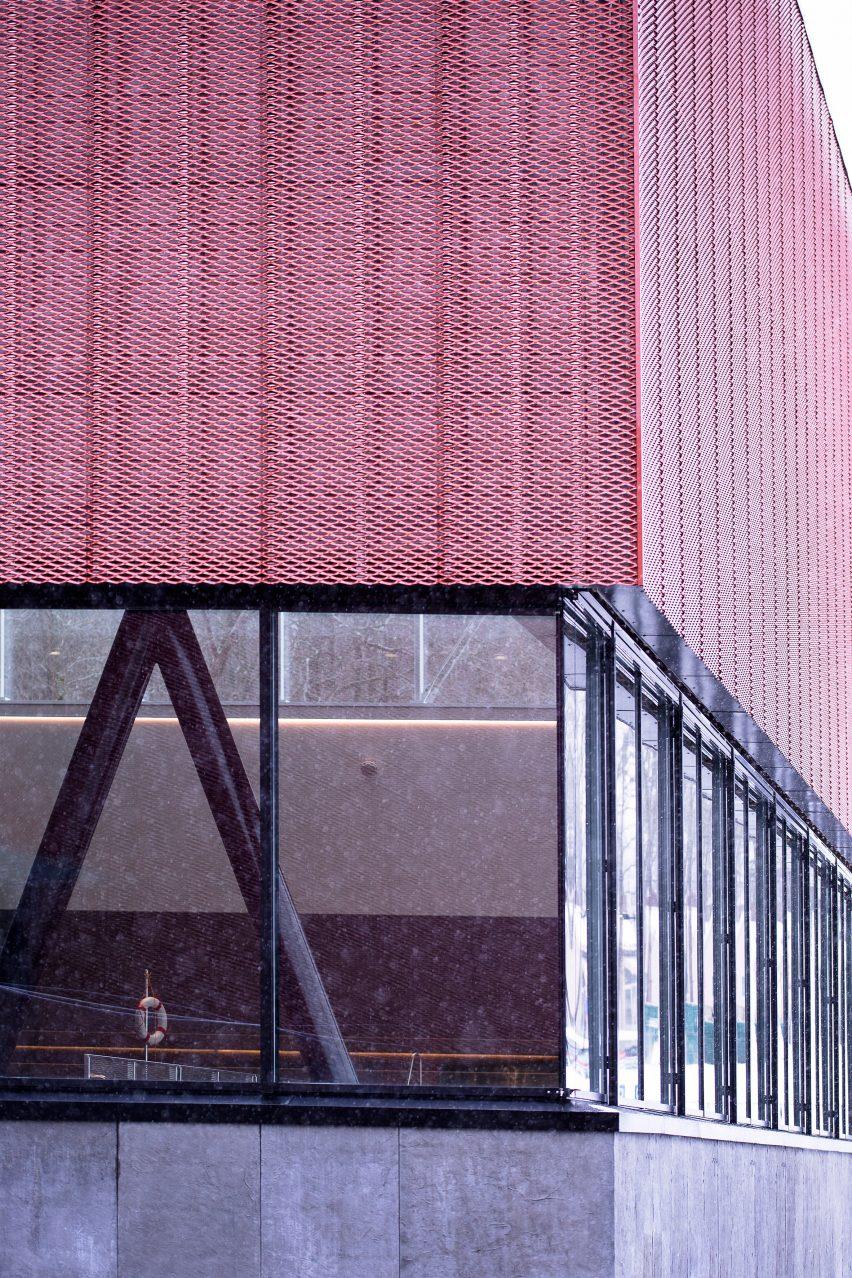Fachada de metal perfurada do Bølgen Bath and Leisure Centre por White Arkitekter