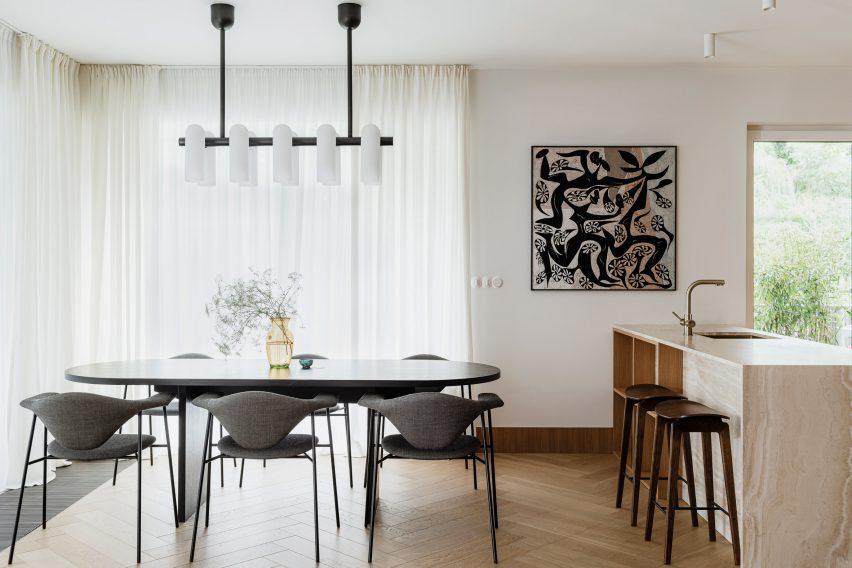 Dining area of Botaniczna Apartment by Agnieszka Owsiany Studio