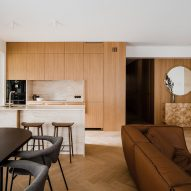 Oak and marble kitchen of Botaniczna Apartment by Agnieszka Owsiany Studio