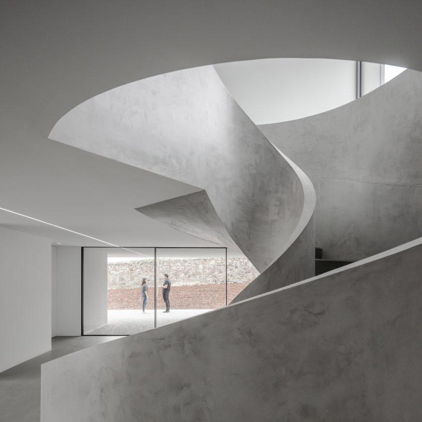 Escada em caracol do hotel canino e felino de Raulino Silva Arquitecto