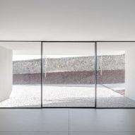 Corridor in Canine and feline hotel by Raulino Silva Arquitecto