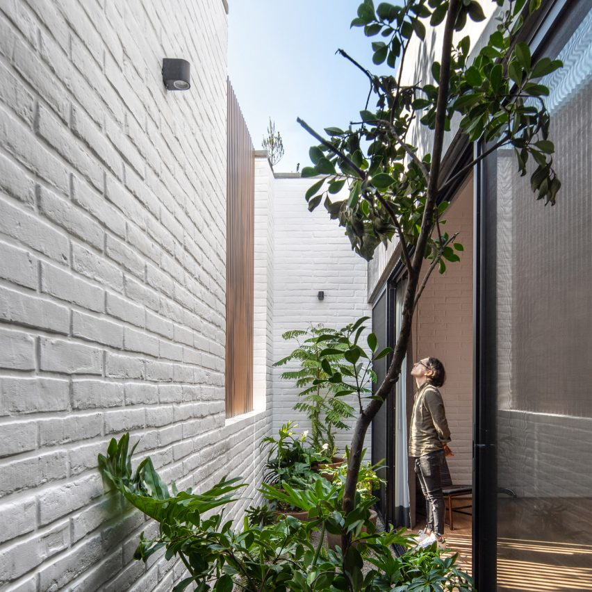 Pátio dos quartos na Casa RA por Radillo Alba