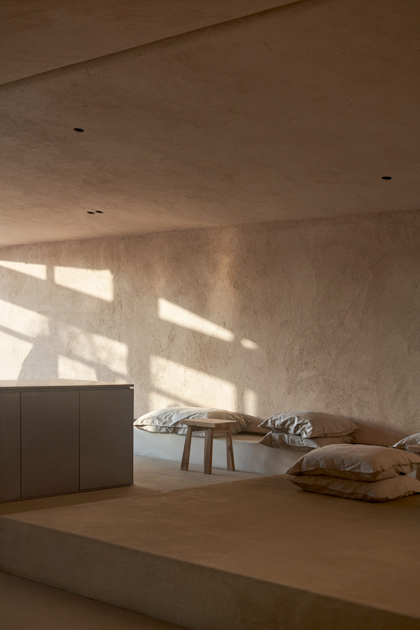 Living room with Clay Plasters Rustic Range walls by Clayworks