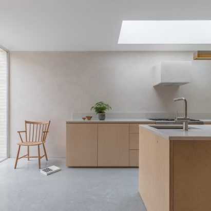A kitchen with Smooth Finishes clay plaster walls by Clayworks