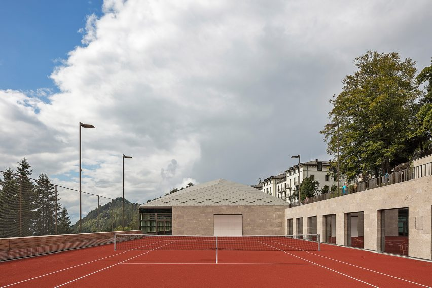 Outdoor court of Diamond Domes tennis courts designed by Rüssli Architekten with CLT roofs by Neue Holzbau in the Swiss Alps