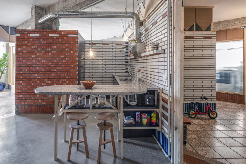 The kitchen of La Nave apartments in Madrid near Nomos