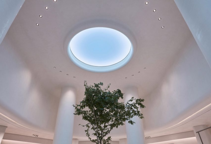 Light Cognitive created an artificial skylight hat mirrors the actual gradients of the sky