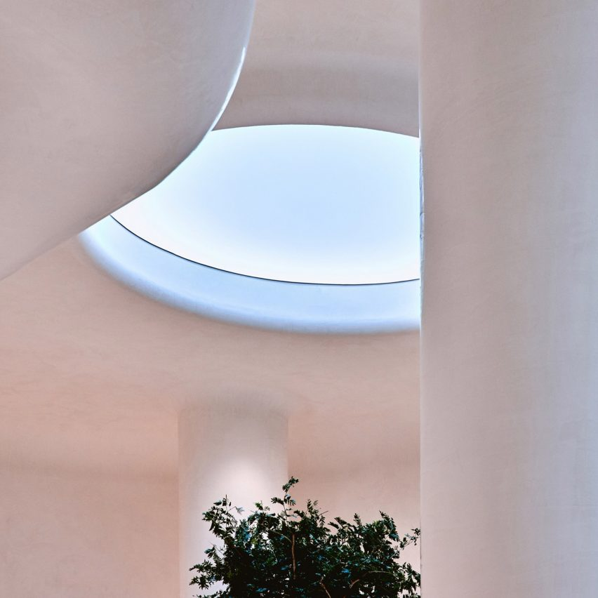 Oculus is an artificial skylight that mirrors the actual colour of the sky outside