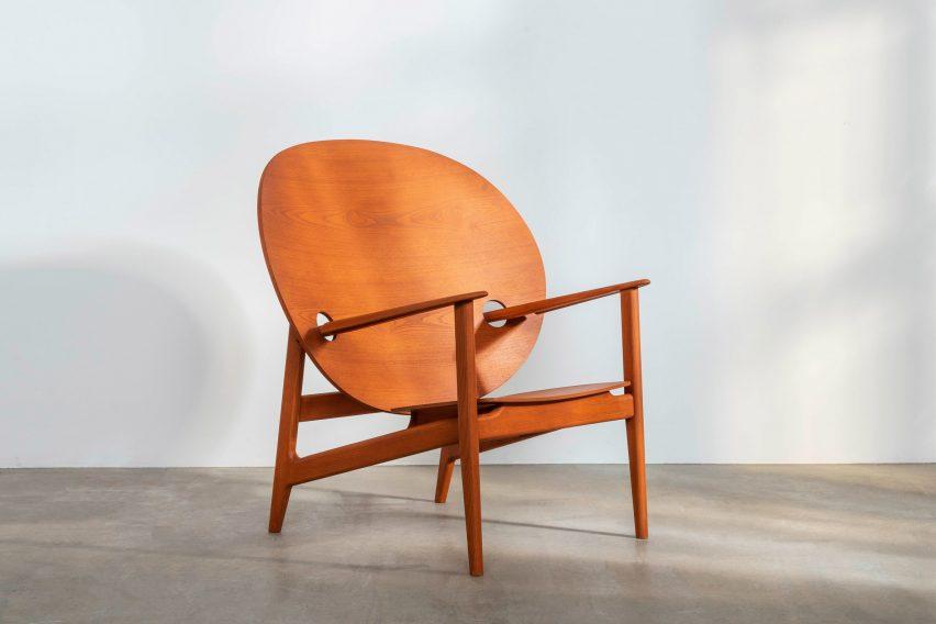 The Iklwa chair for Benchmark in orange