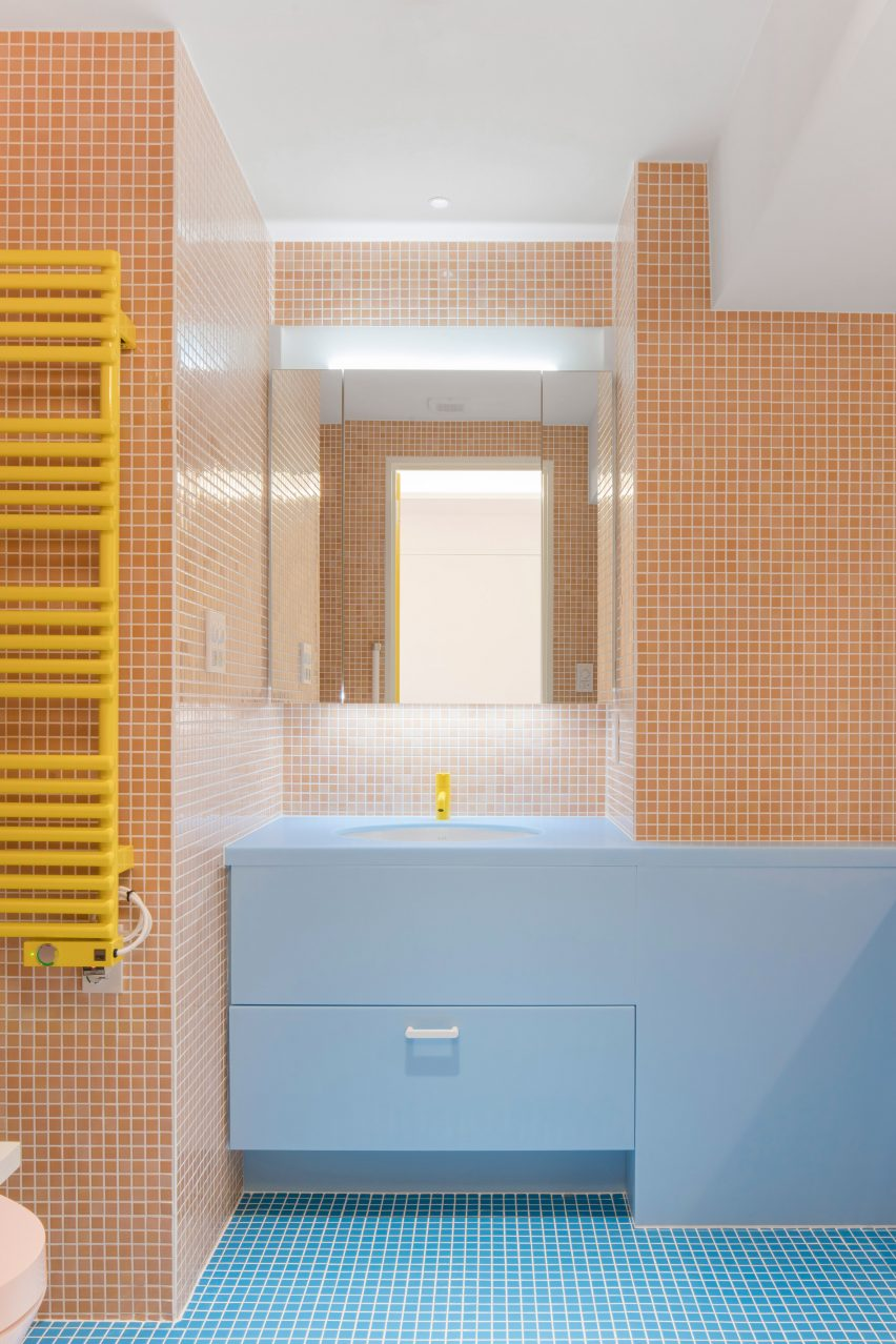 Bathroom with blue and milky-orange tiling