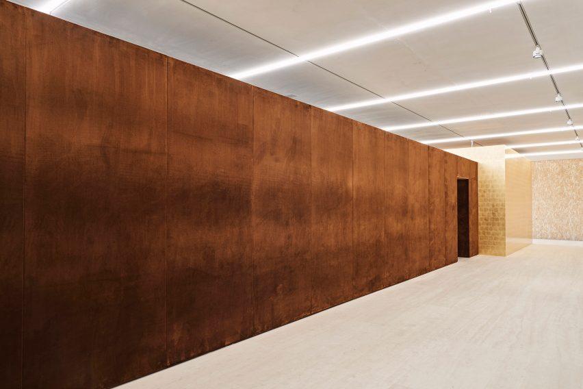 The velvet exterior of the Porcelain Room exhibition designed by Tom Postma Design for the Fondazione Prada
