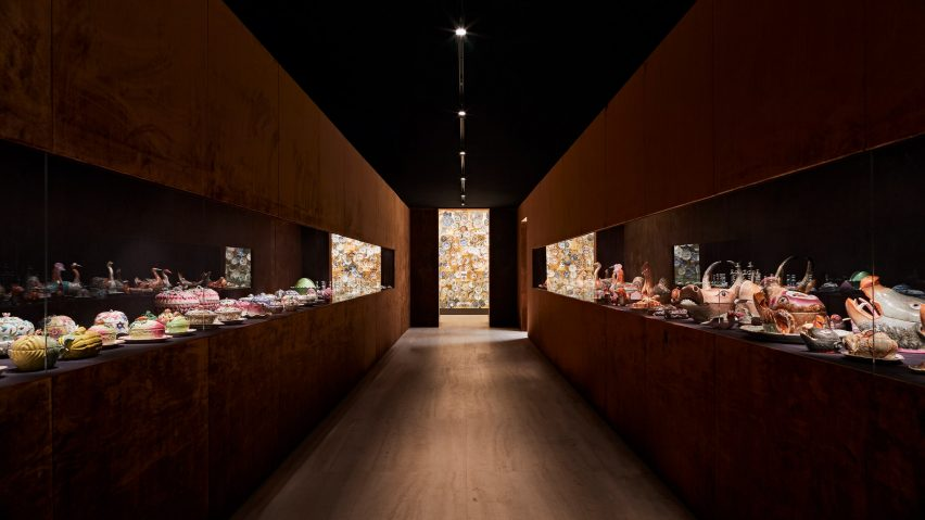Corridor with tureens in the Porcelain Room exhibition designed by Tom Postma Design for the Fondazione Prada