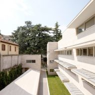 Álvaro Siza and COR Arquitectos create travertine housing in Lombardy