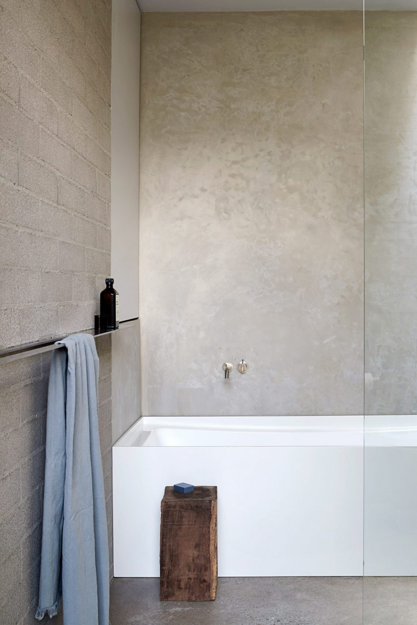 Bathrooms with surfaces covered in tadelakt
