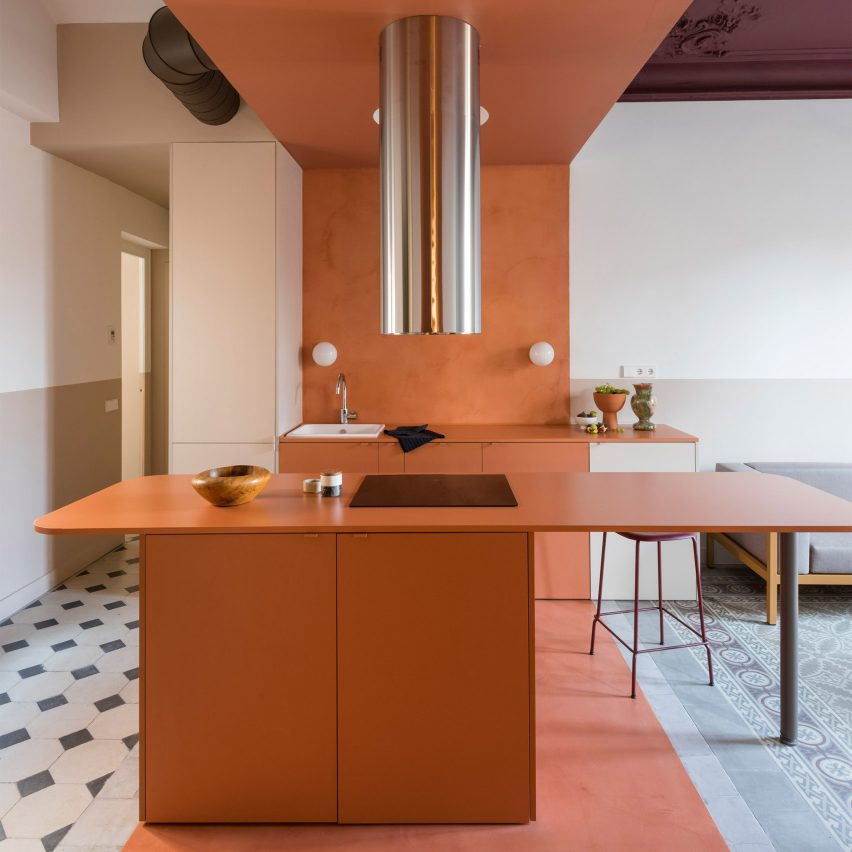 Terracotta-coloured kitchen and breakfast bar