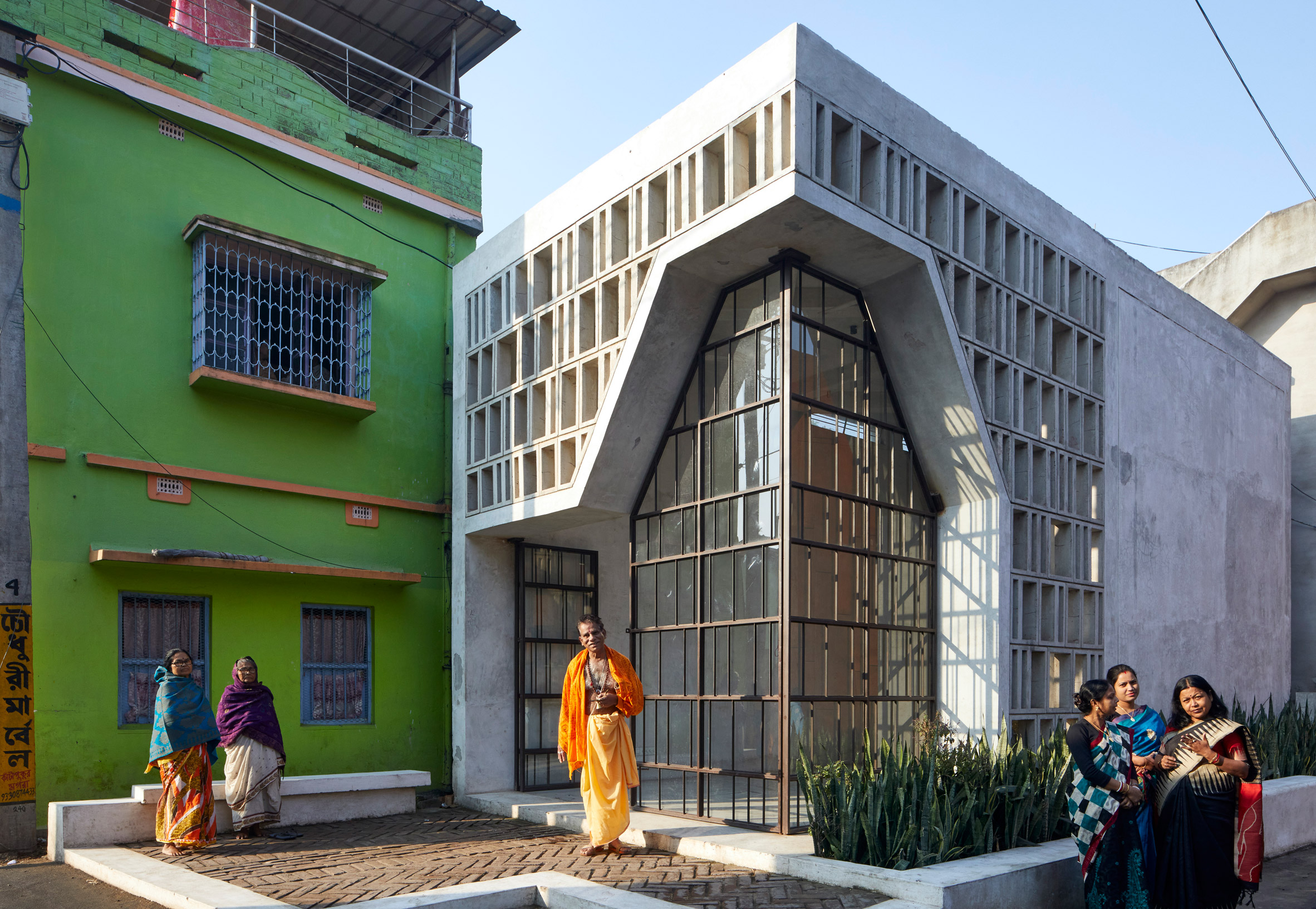 Glazed corner of Narayantala Thakurdalan by Abin Design Studio