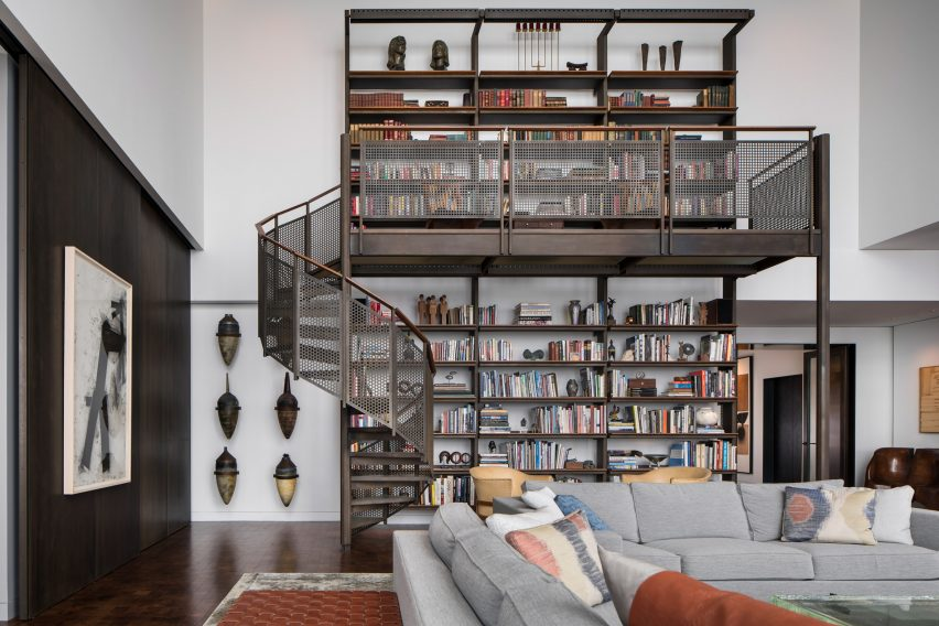Book shelf in living room of Residence for Two Collectors by Wheeler Kearns Architects