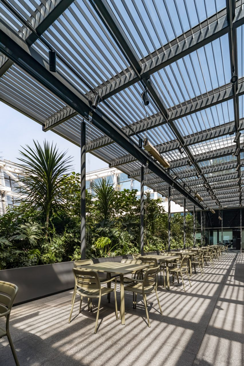 Outdoor terrace in Corporate C by Esrawe Studio