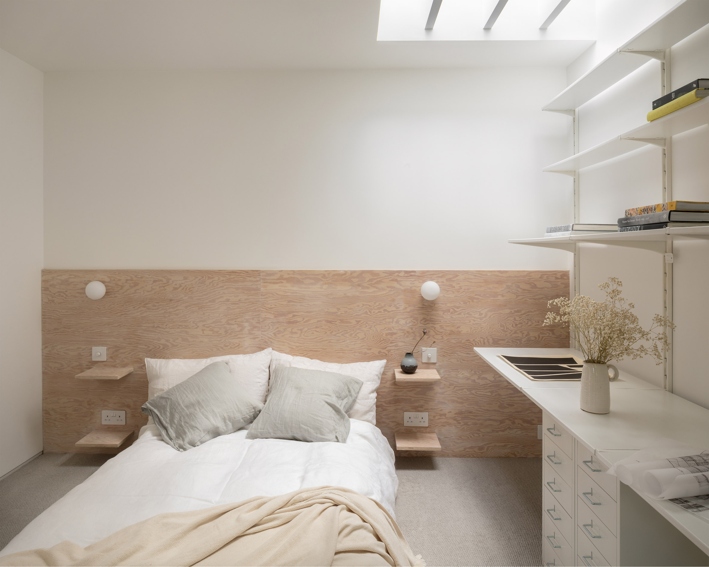 Bedroom of ER Residence by Studio Hallett Ike includes a study