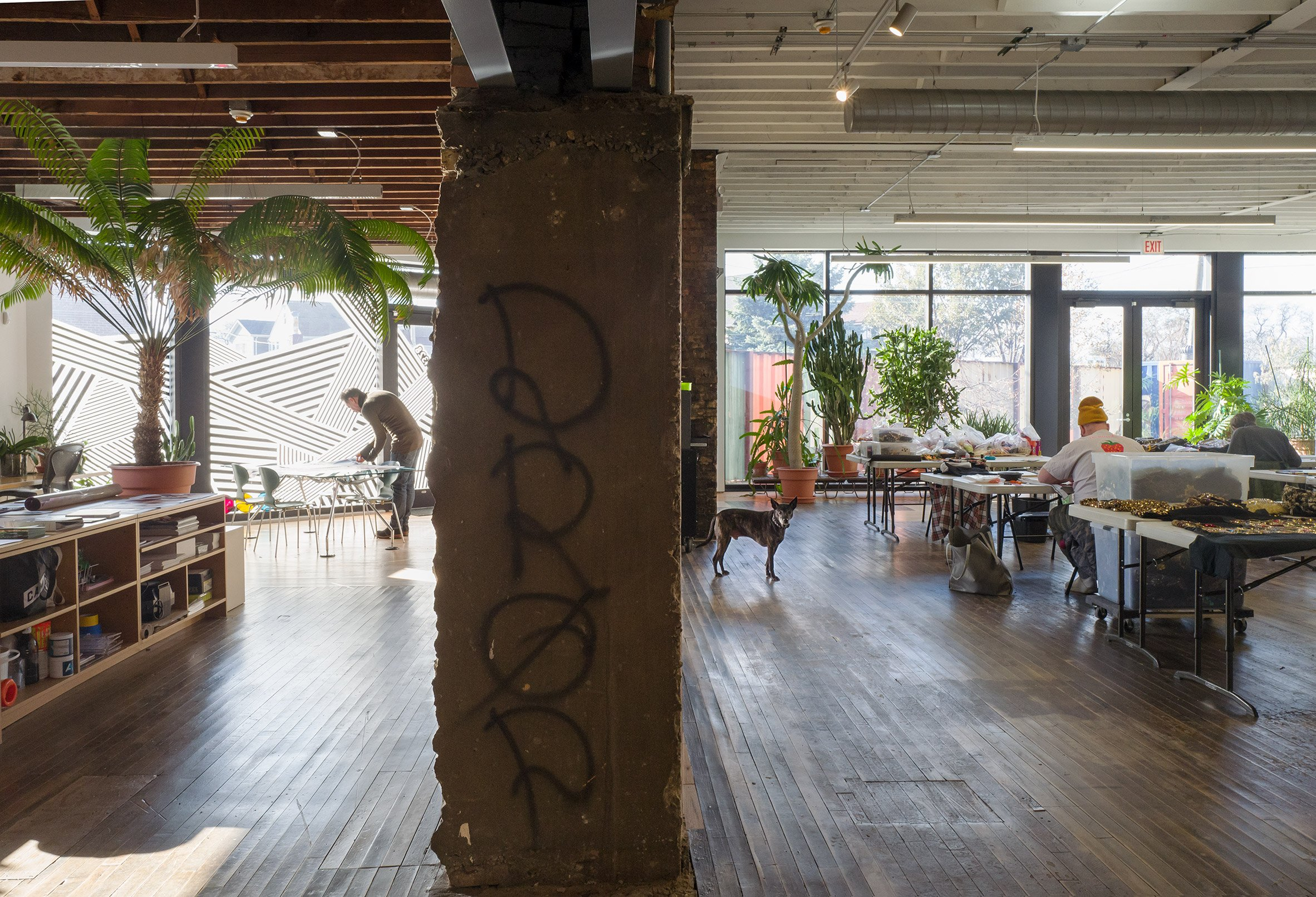 A studio with old concrete columns inside Facilty, Chicago, by Carlo Parente