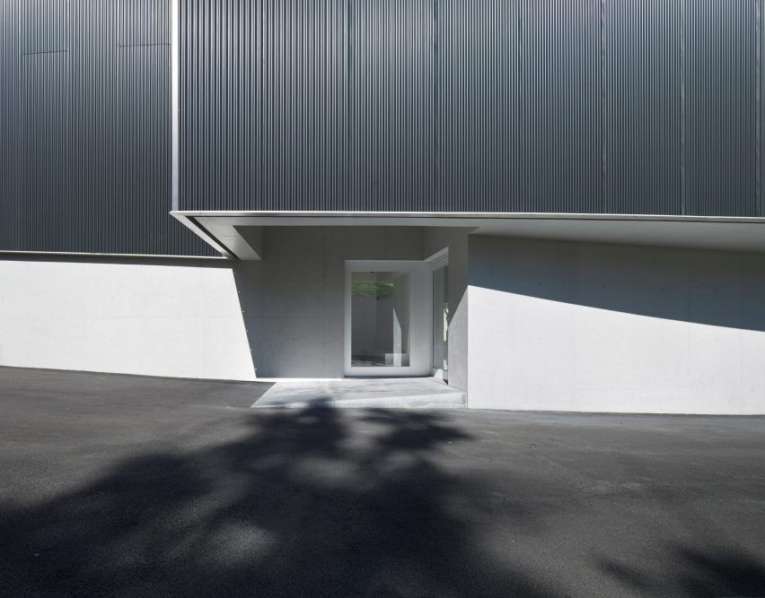 The discreet entrance to the Huamao Museum of Art and Education by Álvaro Siza and Carlos Castanheira