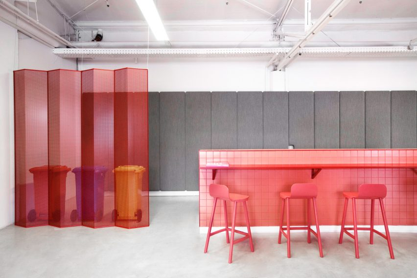 Folding screens and pink bar in LOQI Activity Office by Studio Aisslinger