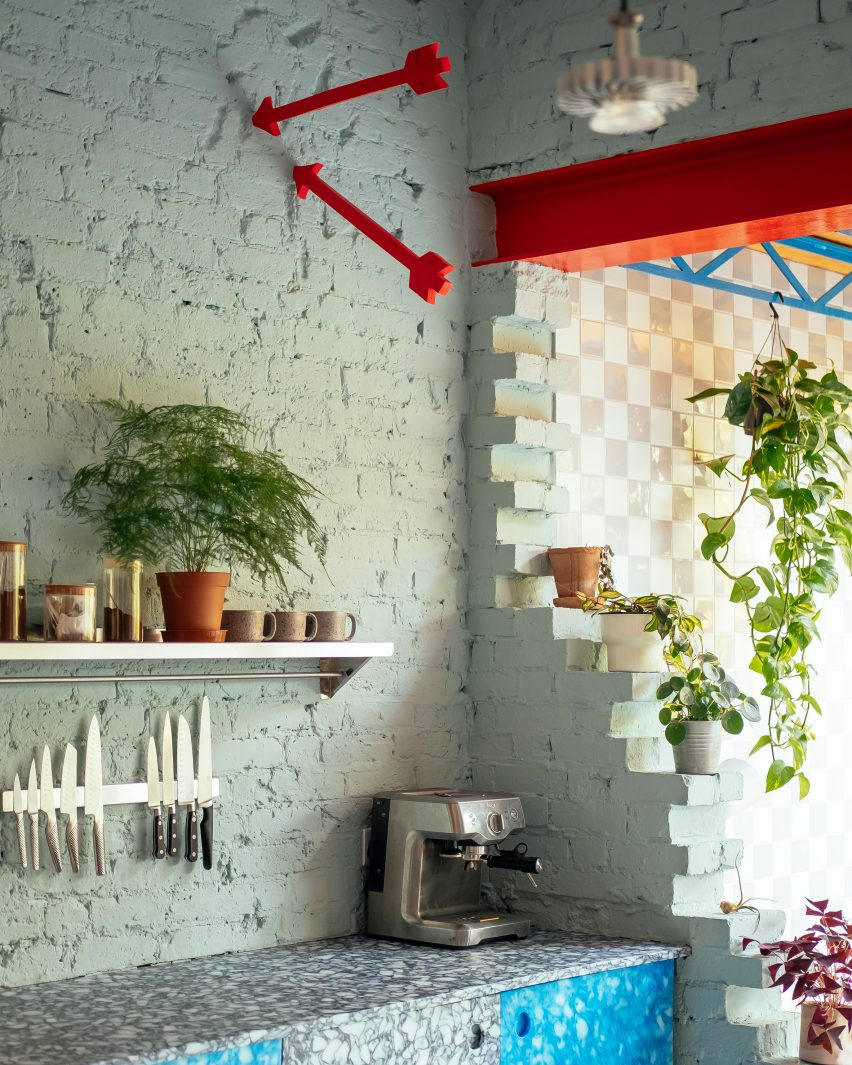 Kitchen shelves and plants in Mountain View by CAN Architecture