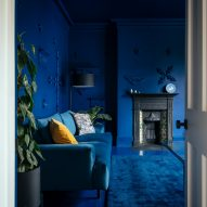 Blue living room of Mountain View by CAN Architecture