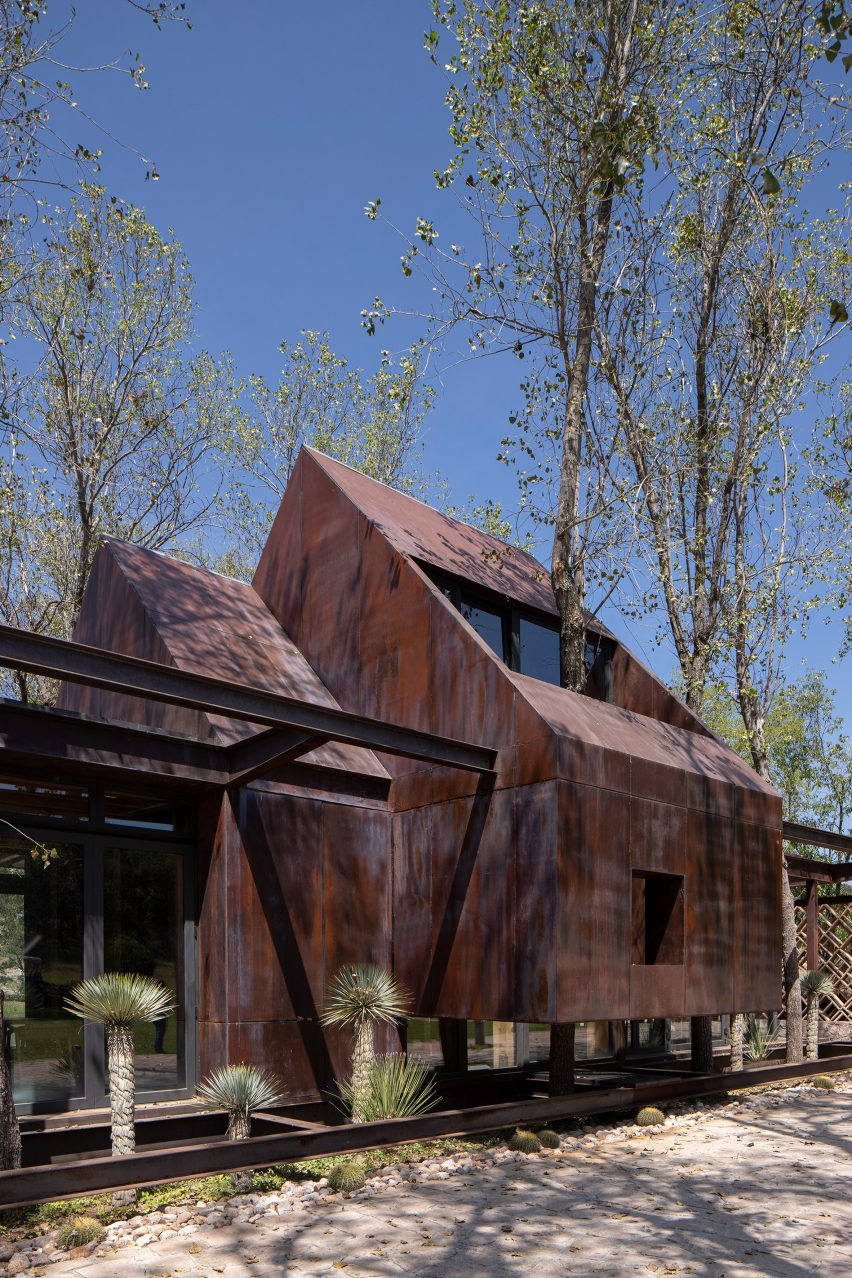 Gabled roofs of the Rancho Sierra Allende by Fabián M Escalante H Arquitectos