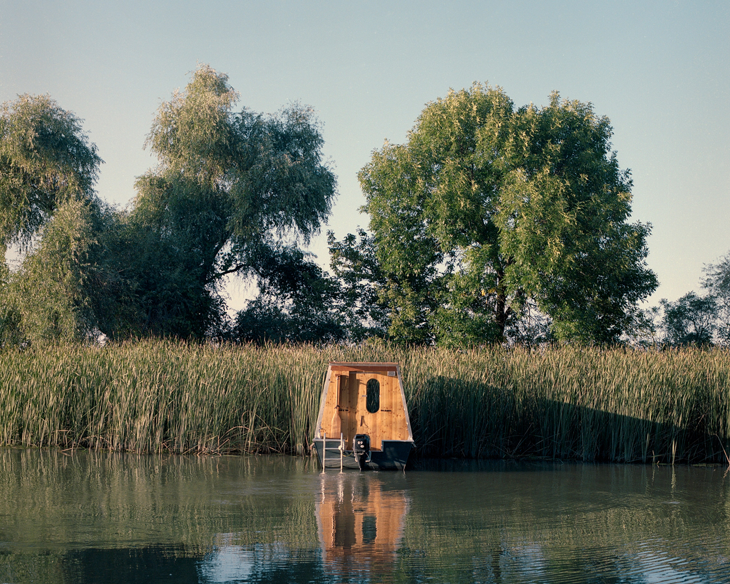 Exterior of the Sneci houseboat by Tamás Bene
